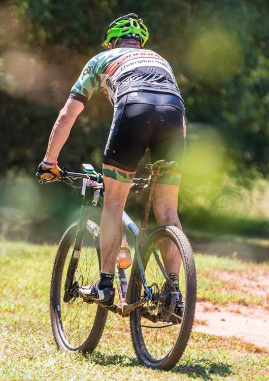 Fahrradfahrer, der auf einem Mountainbike über eine Wiese fährt