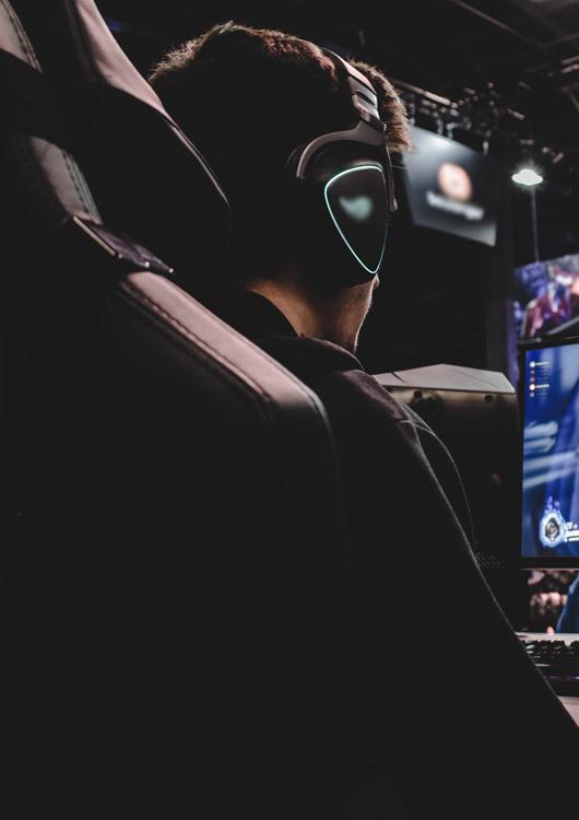 Junger Mann, der in einem Gamingstuhl sitzt