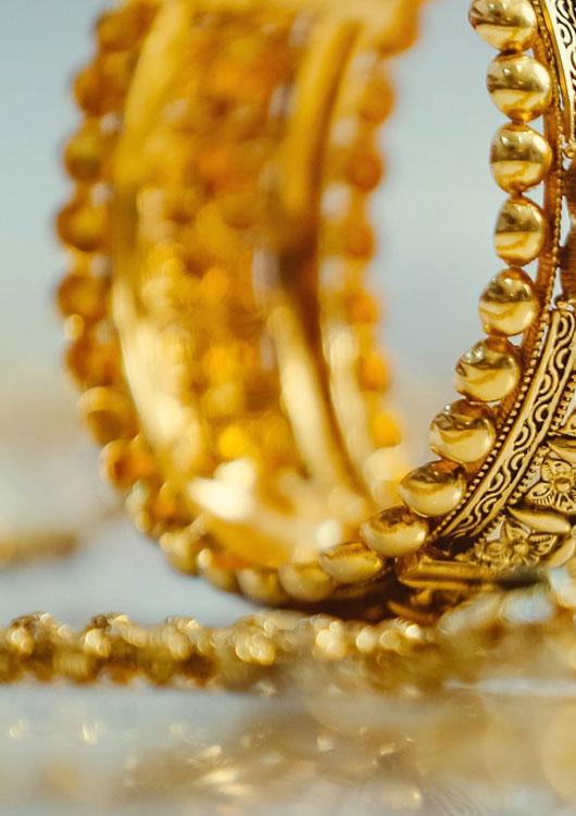 Goldenes Armband auf gespiegeltem Untergrund