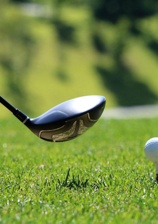 Vibes-Kachel zum Thema Golf mit einem Golfschläger und einem Golfball auf einer hellgrünen Rasen