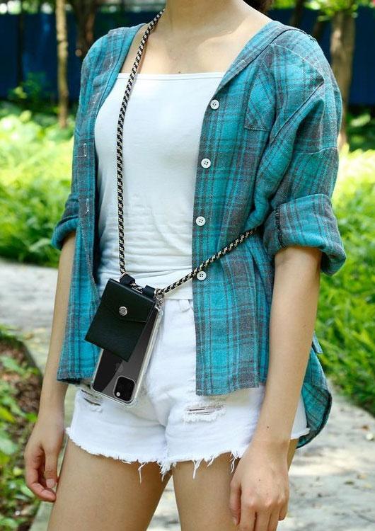 Vibes-Kachel zum Thema Handykette mit einer jungen Frau im karierten Hemd, die ein iPhone 11 an einer Handykette trägt