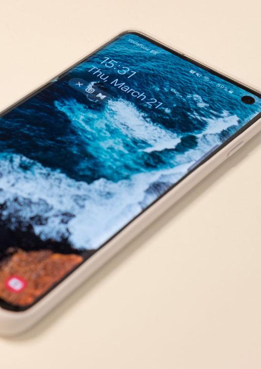 Vibes-Kachel zum Thema Smartphones mit einem Samsung Galaxy S10 in einer beigenen Handyhülle