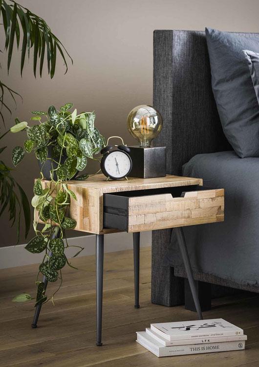 Vibes-Kachel zum Thema Möbel mit einem Beistelltisch im Industrial-Look neben einer Couch stehend