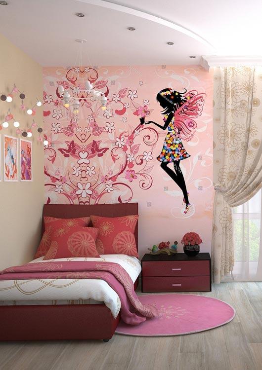 Kinderzimmer für Mädchen mit rosa Einrichtung und Tapete mit Blüten sowie Fee