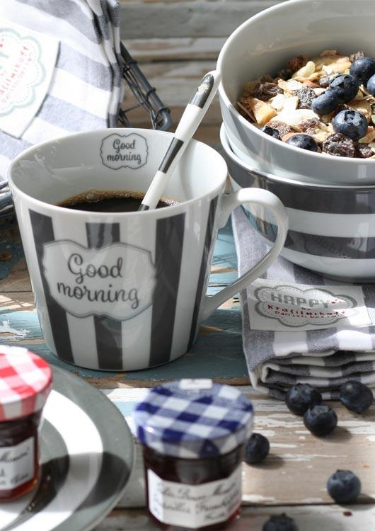 Vibes-Kachel zum Thema Geschirr mit grau-weiß gestreiftem Frühstücksgeschirr von Krasilnikoff