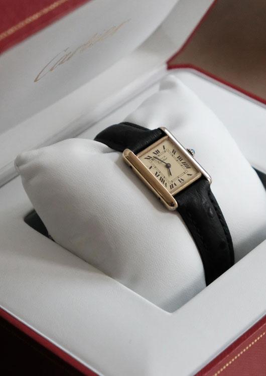 Luxusuhr Cartier Tank in einer dunkelroten Uhrenbox