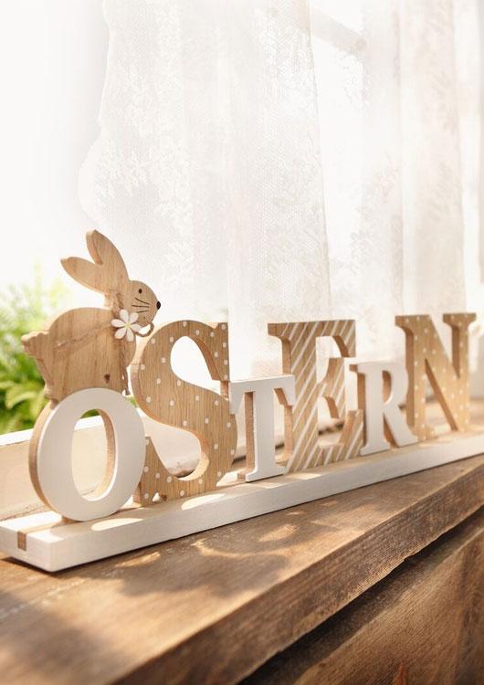 Vibes-Kachel zum Thema Osterdekoration mit einem Schriftzug Ostern aus Holz