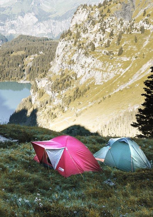 Ein pinkes und hellblaues Zelt vor schöner, bergiger Naturkulisse