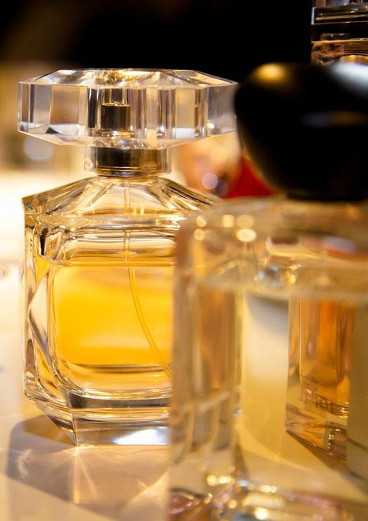 Vibes-Kachel zum Thema Parfum mit zwei goldfarbenen Glas-Flacons