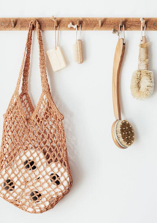 Vibes-Kachel zum Thema Plastikfrei mit nachhaltigen Produkten, die an einer Wand hängen