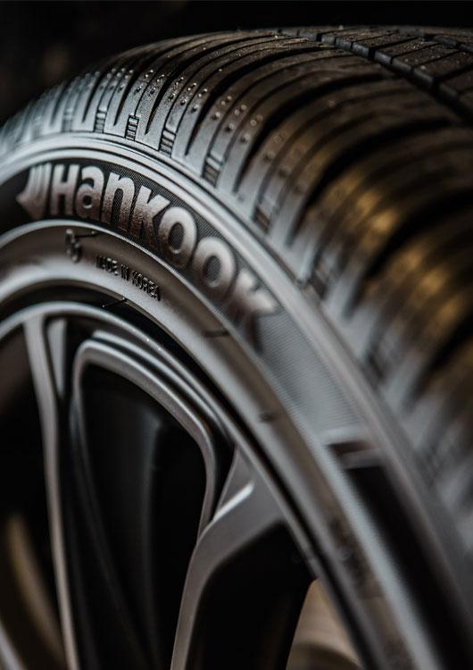 Reifen der Marke Hankook vor schwarzem Hintergrund