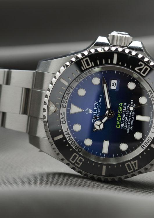 Modell Deepsea der Luxusuhrenmarke Rolex vor grauem Hintergrund