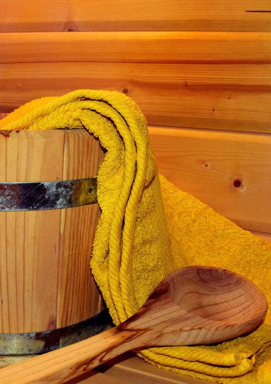 Vibes-Kachel zum Thema Sauna mit einem Saunaeimer, gelben Handtuch und einer Saunakelle