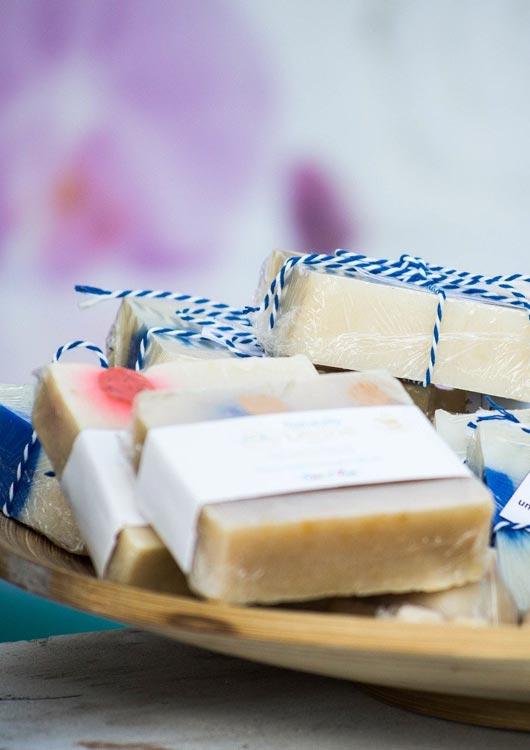 Vibes-Kachel zum Thema Seife mit mehreren Naturseifen in einer Holzschale