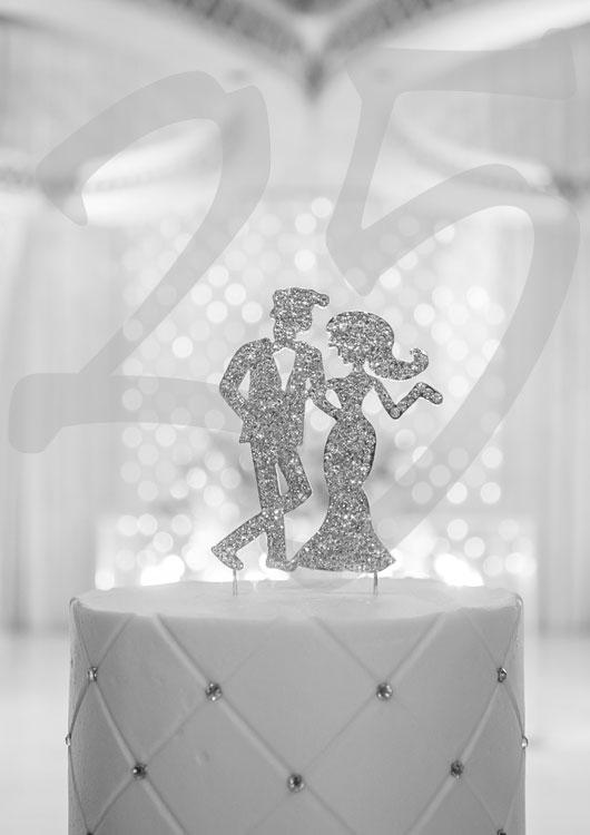Vibes-Kachel zum Thema Hochzeitstag mit einem silber-glänzenden Deko-Pärchen