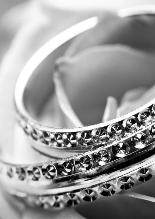 Mehrere silberne Armbänder mit Edelsteinen