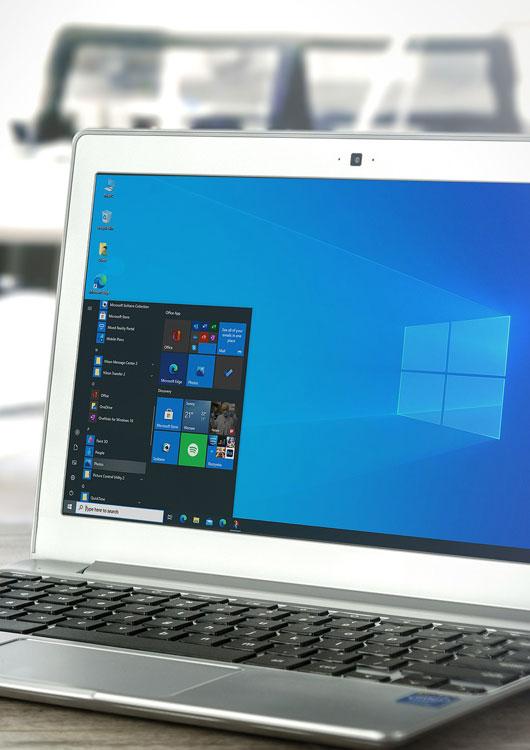 Vibes-Kachel zum Thema Computersoftware mit einem Laptop auf dem Tisch stehend, welcher Windows auf dem Screen hat