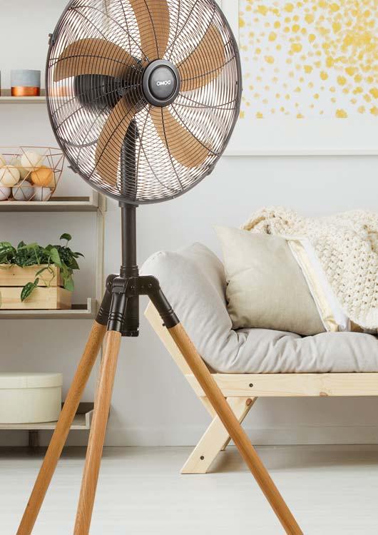 Vibes-Kachel zum Thema Ventilatoren mit einem im hellen Raum stehenden Standventilator mit Holzgestell