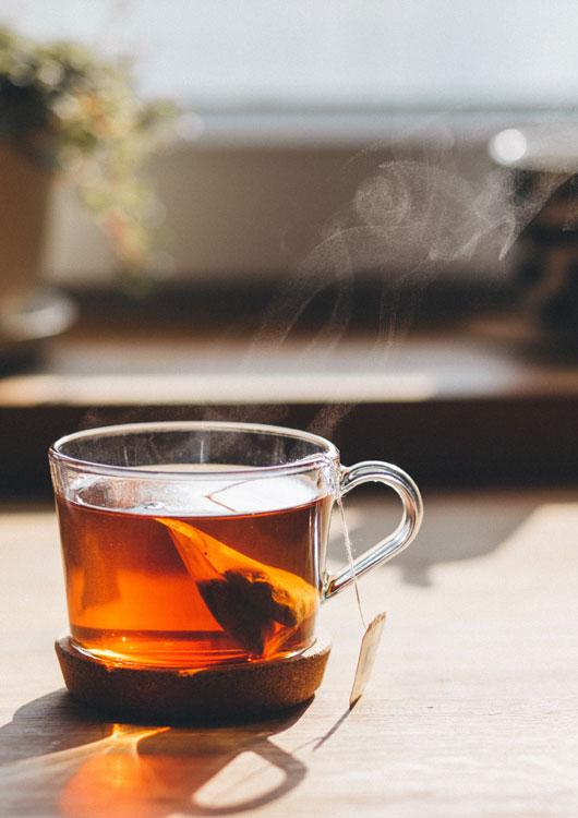 Vibes-Kachel zum Thema Gourmet mit einem Glas, indem ein Teebeutel liegt