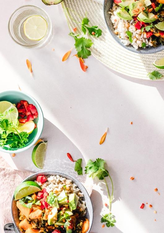 Vibes-Kachel zum Thema Veganismus mit mehreren Tellern gefüllt mit veganem Essen