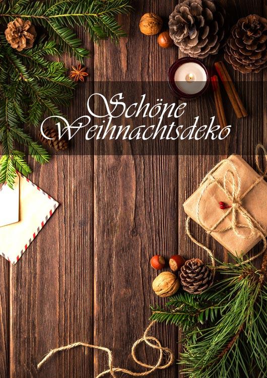 Vibes-Kachel zum Thema Weihnachten mit einem Holztisch, auf dem Zweige, Tannenzapfen, Nüsse und mehr verteilt sind